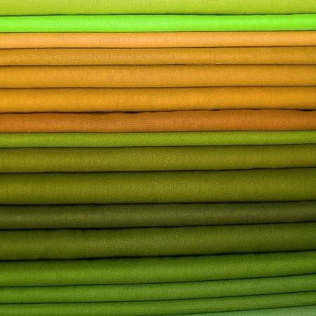 インドのローカル市場で布生地のヒープ。クローズ アップ。 写真素材
