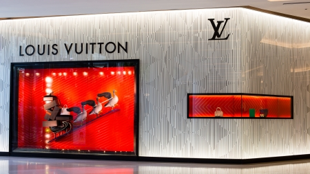 vuitton:  BANGKOK - NOVEMBER 19: Louis Vuitton store in Siam Paragon Mall  on Nov 19, 2013 in Bangkok, Thailand. Opened in July 2012, this is LVs 4th store in Bangkok.