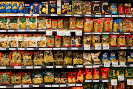 BANGKOK - NOVEMBER 19: Selection of italian pasta on the shelves in a supermarket Siam Paragon on November 19, 2013 in Bangkok, Thailand. Siam Paragon is a one of the biggest shopping centres in Asia. 에디토리얼
