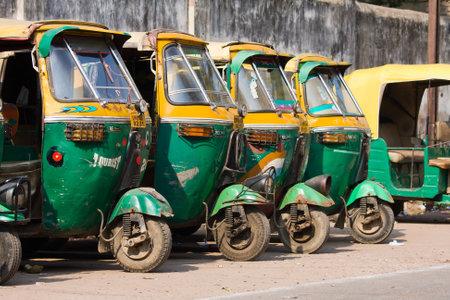 rikscha: Agra, Indien - 26. November 2012: Auto-Rikscha-Taxis auf einer Straße in Agra, Indien. Diese ikonischen Taxis haben vor kurzem mit CNG betriebenen Motoren in dem Bemühen, Verringerung der Umweltverschmutzung ausgestattet