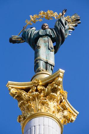 angel de la independencia: Monumento de la Independencia en Kiev, Ucrania. Esta es una estatua de un �ngel, de cobre, oro y chapados, de pie sobre un pilar de altura, en el centro de Kiev, Ucrania.