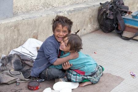 underprivileged: LEH, INDIA - 8 SETTEMBRE 2014: Una ragazza mendicante non identificato e ragazzo implora per denaro da un passante in Leh. La povert� � una questione importante in India