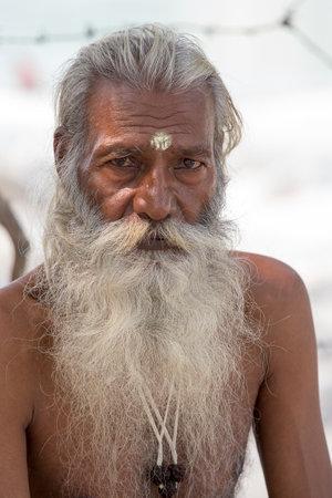 hombre pobre: Rishikesh, India - 05 de octubre 2014: pobre hombre no identificado se sienta en el ghat en el r�o Ganges. Indios pobres acuden a Rishikesh para la caridad. Editorial