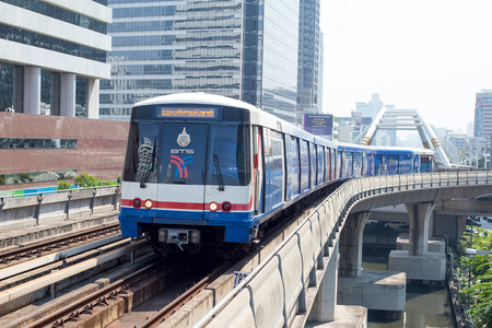 BANGKOK, THAILAND - JANUARY 20, 2015 : BTS Skytrain on elevated rails above Sukhumvit Road in Bangkok, Thailand. Each train of the mass transport rail network can carry over 1,000 passengers. 新聞圖片