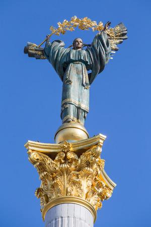 angel de la independencia: Monumento de la Independencia en Kiev, Ucrania. Esta es una estatua de un ángel, de cobre, oro y chapados, de pie sobre un pilar de altura, en el centro de Kiev, Ucrania.
