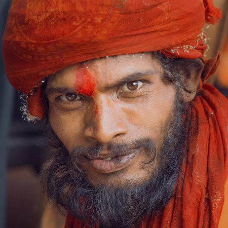 hombre pobre: Haridwar, India - 21 de octubre 2014: el hombre no identificado pobre indio se sienta en el ghat en el r�o Ganges. Indios pobres Sadhu acuden a Haridwar para la caridad.