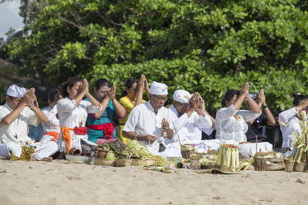 sanur: SANUR, BALI, INDONESIA - MARCH 17, 2015 : Unknown Balinese people to worship on the beach