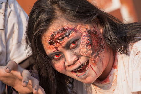 """ragazza malata: BANGKOK, Thailandia - 8 Gennaio 2015: Unknown ragazza tailandese partecipa in """"FOX Thai The Walking Dead Stagione 5 Marathon"""" vestita da zombie"""