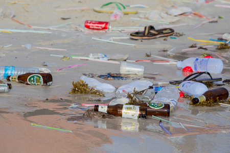 completo: Ko Phangan, Tailandia - 07 de diciembre 2014: Consecuencias de la contaminación del agua de mar en la playa Haad Rin después de la fiesta de la luna llena.