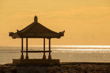 sanur: Gazebo on the tropical beach during sunrise. The island of Bali, Sanur, Indonesia