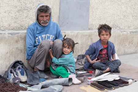 underprivileged: Leh, India - 8 Settembre 2014: Una famiglia mendicante non identificato implora per denaro da un passante a Leh. La povert� � una questione importante in India