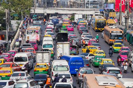 BANGKOK, THAILAND - 22 januari 2015: Het verkeer beweegt langzaam langs een drukke weg in Bangkok, Thailand. Jaarlijks worden naar schatting 150.000 nieuwe auto's deelnemen aan de toch al overvolle straten van Bangkok.