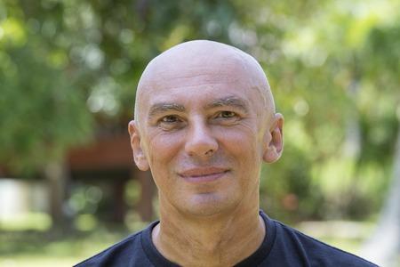 calvo: Close up retrato de hombre de mediana edad que se relaja en la naturaleza