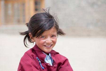 fille indienne: Leh, Inde - le 24 juin 2015: les étudiants tibétains non identifiés dans une leçon sur le sport en Druk White Lotus école