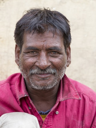 underprivileged: LEH, INDIA - 29 GIUGNO 2015: non identificato uomo mendicante per strada a Leh, Ladakh. La povert� � un problema importante in India Editoriali