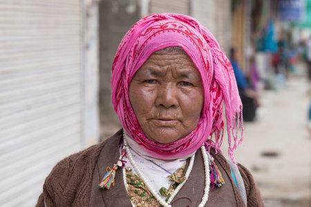 underprivileged: LEH, INDIA - 21 Giugno 2015: Unknown mendicante accattonaggio sulla strada di Leh, Ladakh. La povert� � una questione importante in India
