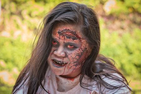 satan: BANGKOK, Tailandia - el 08 de enero 2015: Desconocido chica tailandesa participa en FOX tailandés The Walking Dead Season 5 Marathon, vestidos como zombies Editorial