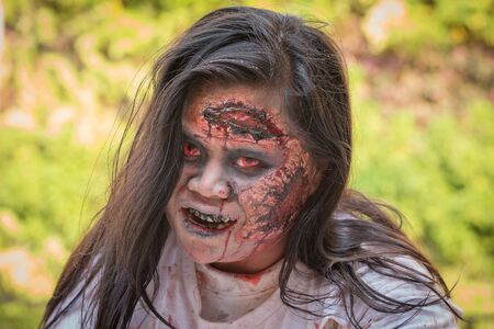 satan: BANGKOK, THAILAND - 8. Januar 2015: Unknown Thai Mädchen beteiligt sich an FOX Thai The Walking Dead Season 5 Marathon, als Zombies verkleidet