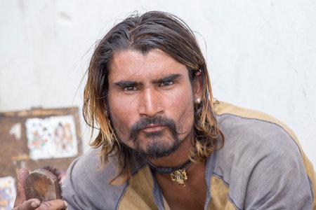 hombre pobre: LEH, INDIA-Septiembre 02, 2014: pobre hombre no identificado en la calle en Leh, Ladakh. La pobreza es un problema importante en la India Editorial