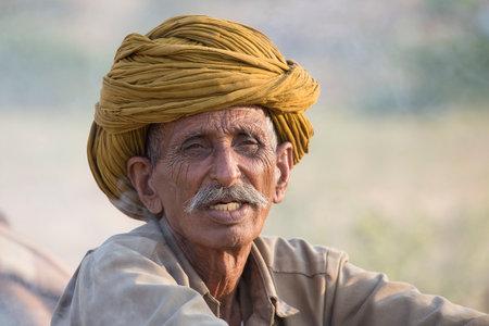 camello: Pushkar, India - 27 de octubre 2014: Hombre indio no identificado asistieron a la anual Pushkar Camel Mela. Esta feria es la mayor feria de comercio de camellos en el mundo.