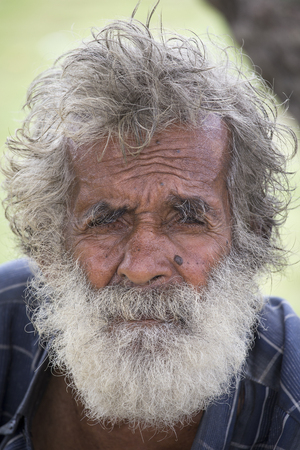 limosna: Matara, SRI LANKA - 05 de noviembre 2014: no identificados viejo mendigo Sri Lanka espera limosna en una calle pr�xima a la estaci�n de autobuses