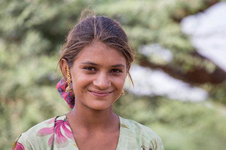 pobre: Pushkar, India - 27 de octubre 2014: niña no identificada a la que asistieron el anual Pushkar Camel Mela. Esta feria es la mayor feria de comercio de camellos en el mundo. Editorial