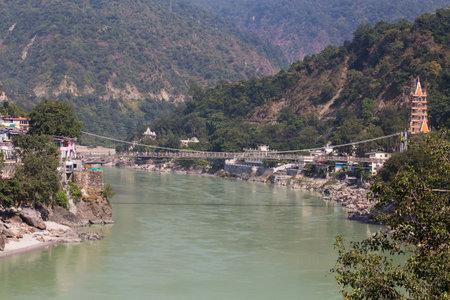 hindues: RISHIKESH, INDIA - 20 octubre 2014: Santo río Ganges que fluye a través de Rishikesh (la capital mundial del yoga) - la ciudad sagrada para los hindúes, la India.