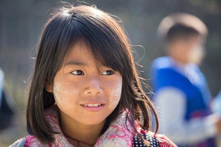 niños riendose: Lago Inle, MYANMAR - 13 de enero, 2016: no identificados los niños jóvenes de Myanmar con thanaka en la cara en la escuela local. Editorial