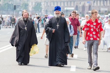 sacerdote: KIEV, UKRAINE - JULY 27, 2016 : Parishioners Ukrainian Orthodox Church Moscow Patriarchate during religious procession. At present there is undeclared war of Kiev Patriarchate and Moscow Patriarchate Editorial