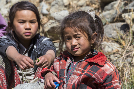 niños pobres: HIMALAYAS, ANNAPURNA REGION, NEPAL - OCTOBER 17 2016 : Poor children on the street in Himalayan village, Nepal