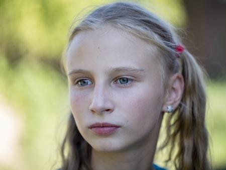 Mooie blonde meisje in de natuur, portret close-up Stockfoto - 74939005
