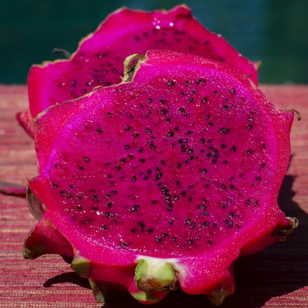 熟した赤いピタハヤ フルーツ半分。ドラゴン フルーツ。バリ、バリ島、インドネシアの島