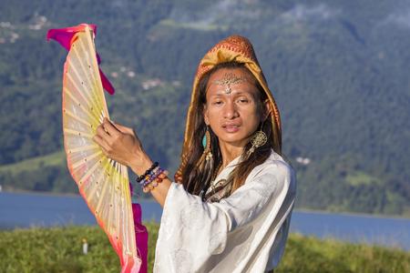 transexual: Transexual Sirena Sabiha bailando con un ventilador en la salida del sol en Pokhara, Nepal. Sirena nació en las Filipinas. De cerca Foto de archivo