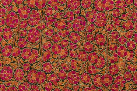 カトマンズ、ネパールで屋外のクラフト マーケットで繊細な刺繍の詳細手作りパシュミナ ショール。地元の職人と、市場で売られているお土産を作