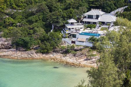 bounty: bungalows tropical en una playa rocosa al lado del agua de mar azul. La isla de Koh Phangan, Tailandia