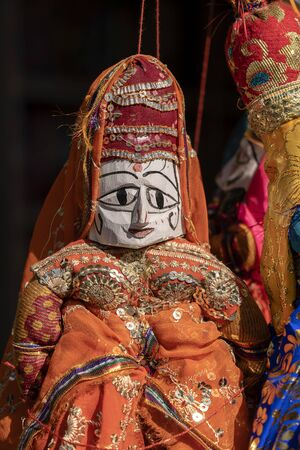 Hand made puppets attached to string in Rajasthan, India. Close up face dolls, for sale to tourists Stockfoto