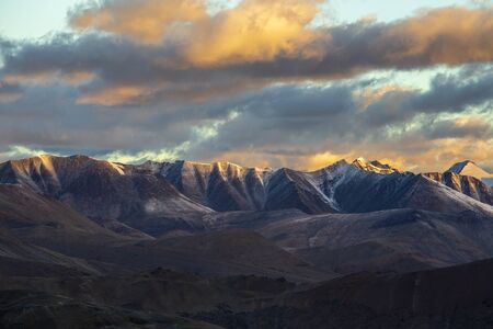 Himalayan mountain landscape along Leh to Manali highway during sunrise in India. Majestic rocky mountains morning in Indian Himalayas, Ladakh, Jammu and Kashmir region, India. Nature, travel concept Stockfoto