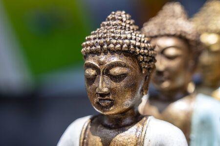 Buddha-Statue Figuren Souvenir zum Verkauf auf dem Straßenmarkt in Ubud, Bali, Indonesien. Kunsthandwerk und Souvenirladen, Nahaufnahme,