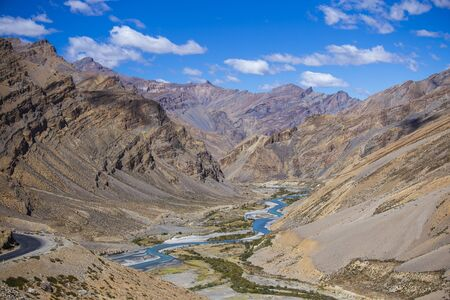 Himalayan mountain landscape along Leh to Manali highway in India. Blue river and majestic rocky mountains in Indian Himalayas, Ladakh, Jammu and Kashmir region, India. Nature and travel concept Imagens