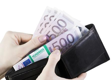 full: brazo extrae su euro monedero aislado sobre un fondo blanco