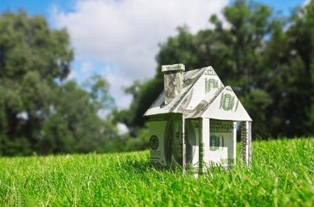 property insurance: Concepto de imagen en el dinero de la vivienda nueva
