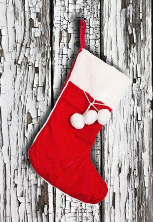 mantel: Calze di Natale appeso su una parete di legno