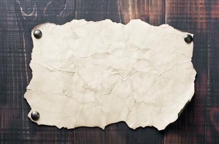 alt und ein leeres Plakat an der Wand