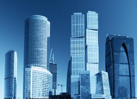 los modernos rascacielos y edificios altos de vidrio y metal Foto de archivo