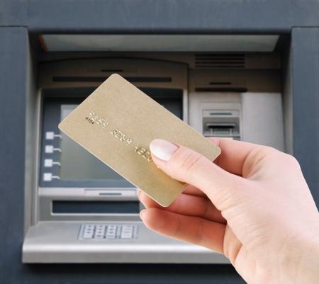 automatic transaction machine: mano con la tarjeta de crédito en el cajero automático Foto de archivo