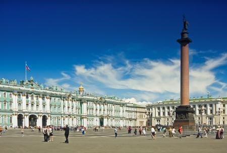 Winterpalast und Alexander Säule auf dem Schlossplatz in St. Petersburg.