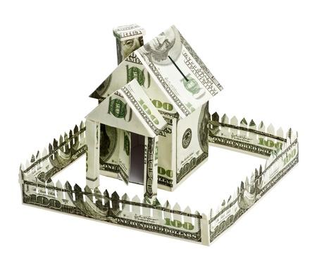 property insurance: Casa hecha de dinero aisladas sobre fondo blanco Foto de archivo