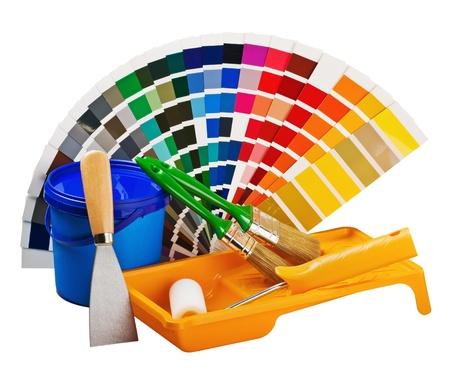 tavolozza pittore: plastica pu� con vernice, rulli, pennelli isolato su sfondo bianco