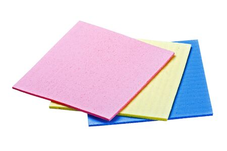celulosa: Tres esponja de celulosa aislado en un fondo blanco