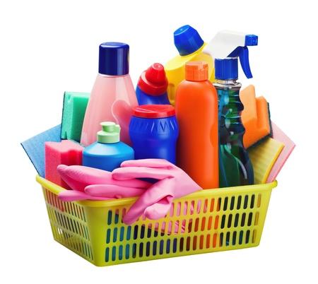 productos quimicos: equipos de limpieza en la cesta aislada en el fondo blanco
